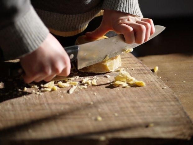 couper-un-pain-de-cire-dabeille
