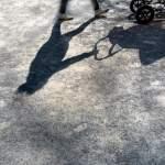 Schatten eirn Frau mit einem Kinderwagen McPBBO McPBBO