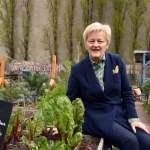 Renate Künast hat ein Buch geschrieben über Urban Gardening Fototermin im Himmelbeet Ruheplatzstra