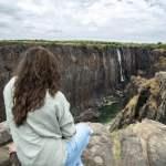 Zimbabwe woman watching Victoria Falls model released Symbolfoto PUBLICATIONxINxGERxSUIxAUTxHUNxONL