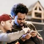 Ein Fluechtling arbeitet mit seinem Ausbilder in der Uebungswerkstatt fuer Handwerksausbildung der I