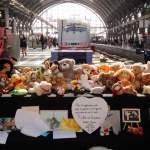Auch den zwölften Tag nach dem Mord an den Jungen an Gleis 7 im Hauptbahnhof Frankfurt trauern viele