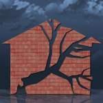 Haus bröckelt bei Gewitter und Überschwemmungen *** House crumbles during thunderstorms and floods PUBLICATIONxINxGERxSU
