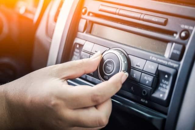 Radio (Bild: shutterstock.com/Von The_Molostock)