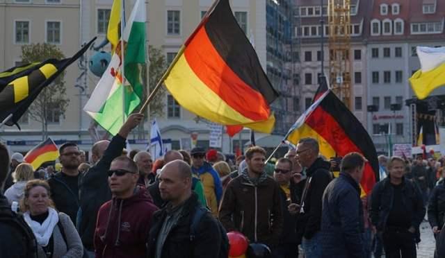 Pegida (Bild: shutterstock.com/ Von Tobias Volmar)