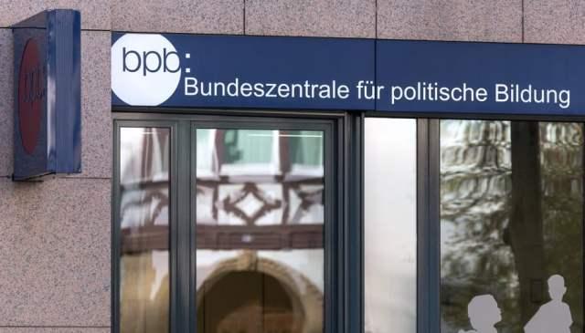 BPB (Bild: shutterstock.com/Von Tobias Arhelger)