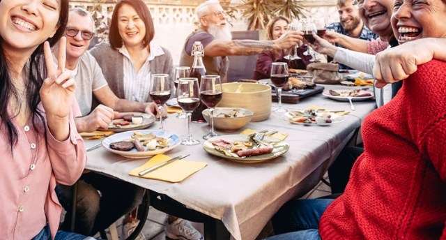 Corona-Dinner (Symolbild: shutterstock.com/ Von AlessandroBiascioli)