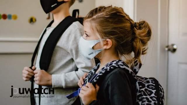 Kinder unter Masken; Foto: Kelly Sikkema Unsplash