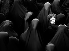 Frauen im Islam unter Burkas; Foto: Unsplash