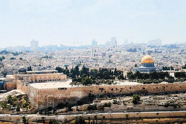 Храмовая гора (она же гора Мориа) находится в юго-восточной части Старого Города, примыкая к его внешней стене. Это святое и памятное для христиан место является одновременно местом поклонения иудеев и третьей по значимости святыней ислама (после Мекки и Медины).