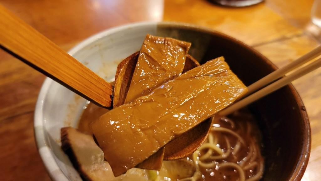 高田馬場のラーメン屋「渡なべ」の味玉ラーメンの極太メンマ