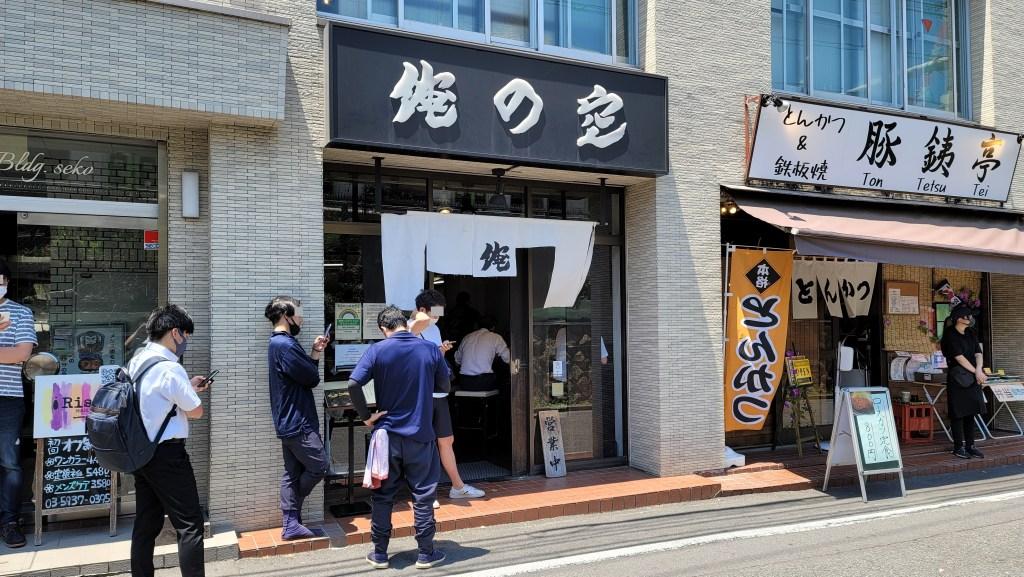 高田馬場の有名ラーメン店「俺の空」で行列を作る人々