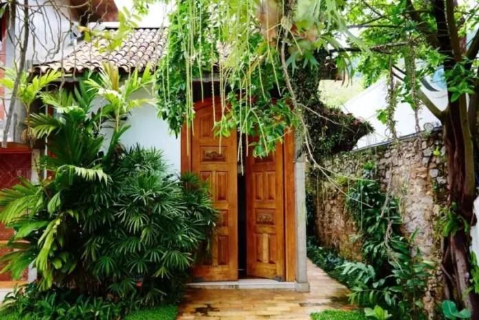 A secretive entrance at Chez Georges