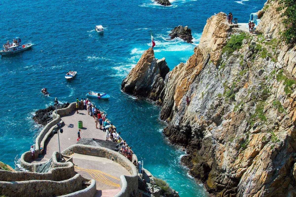 https://i0.wp.com/journeywonders.com/wp-content/uploads/2015/11/The-Clavadistas-of-Acapulco-Mexico.jpg