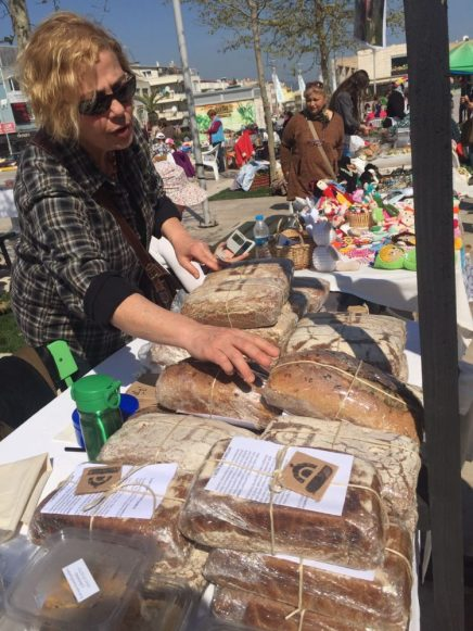 Ekmekler Urla pazarında satılıyor.