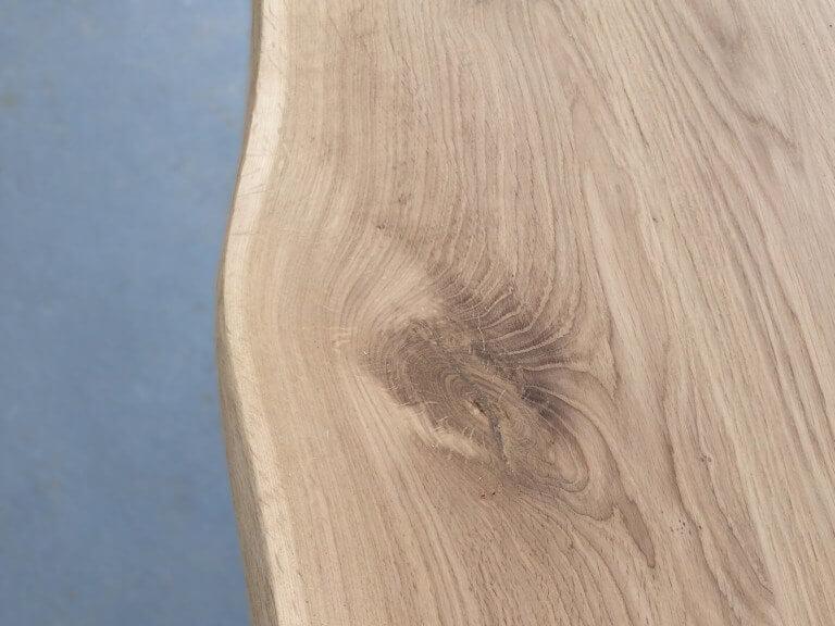EIken tafel met boomstamkant en X poot