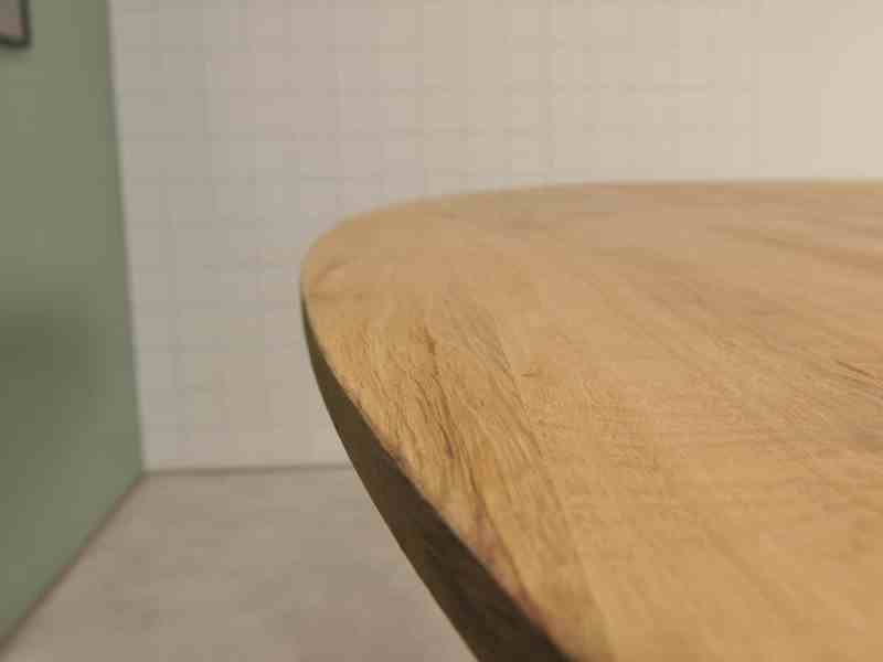 Ovale eiken tafel met facetkant en witte spinpoot