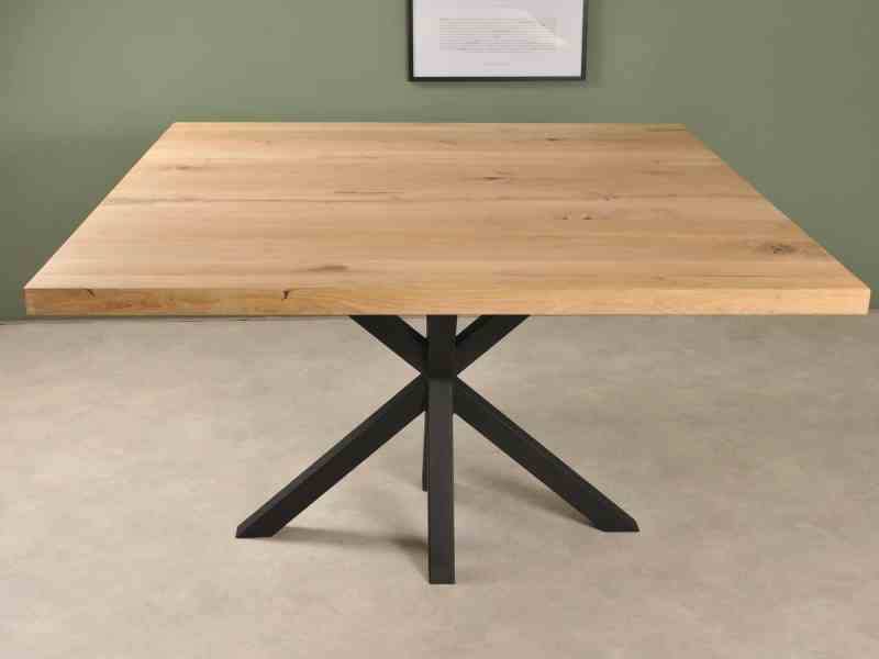 Vierkante eiken tafel met elegante zwarte spinpoot