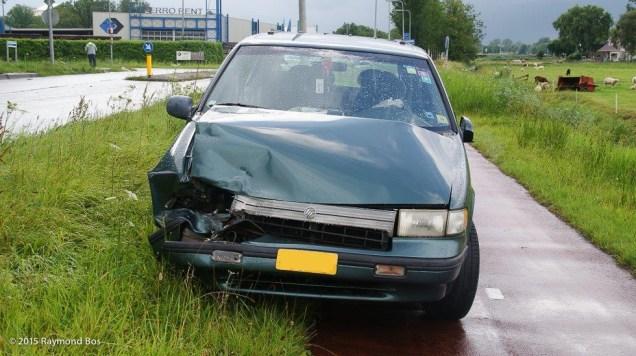 Auto in sloot-