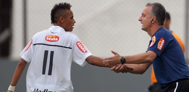 neymar-recebe-instrucoes-do-tecnico-dorival-jr-durante-jogo-do-santos-16052010-1328284630547_615x300