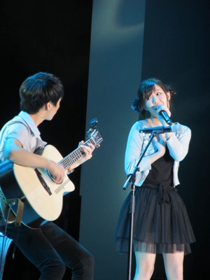 Megan Lee with Sungha Jung on guitar