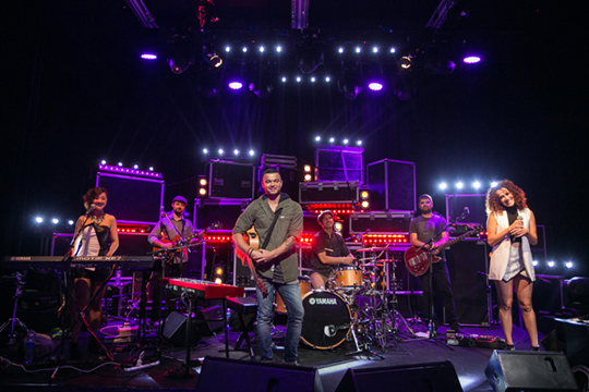 Guy Sebastian and his band [pic© MTV Asia/Aloysius Lim]
