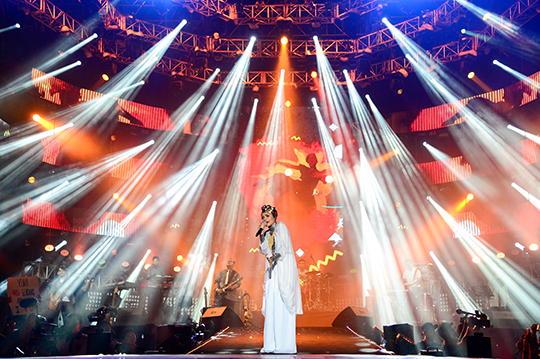 Yuna at MTV World Stage Malaysia 2014 (photo © MTV Asia & Kristian Dowling)