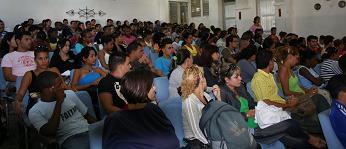 Jóvenes Cubano debatiendo los Lineamientos
