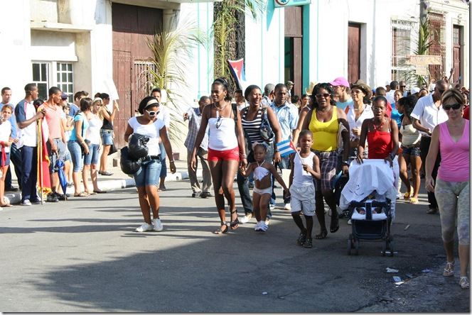 familia cubana en desfile