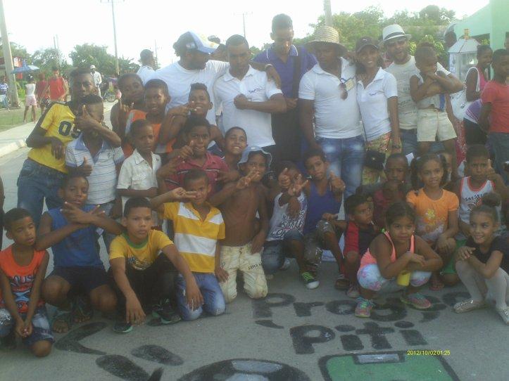 Niños de la comunidad Ho Chi Min con estudiantes y profesores de la universidad guantanamera