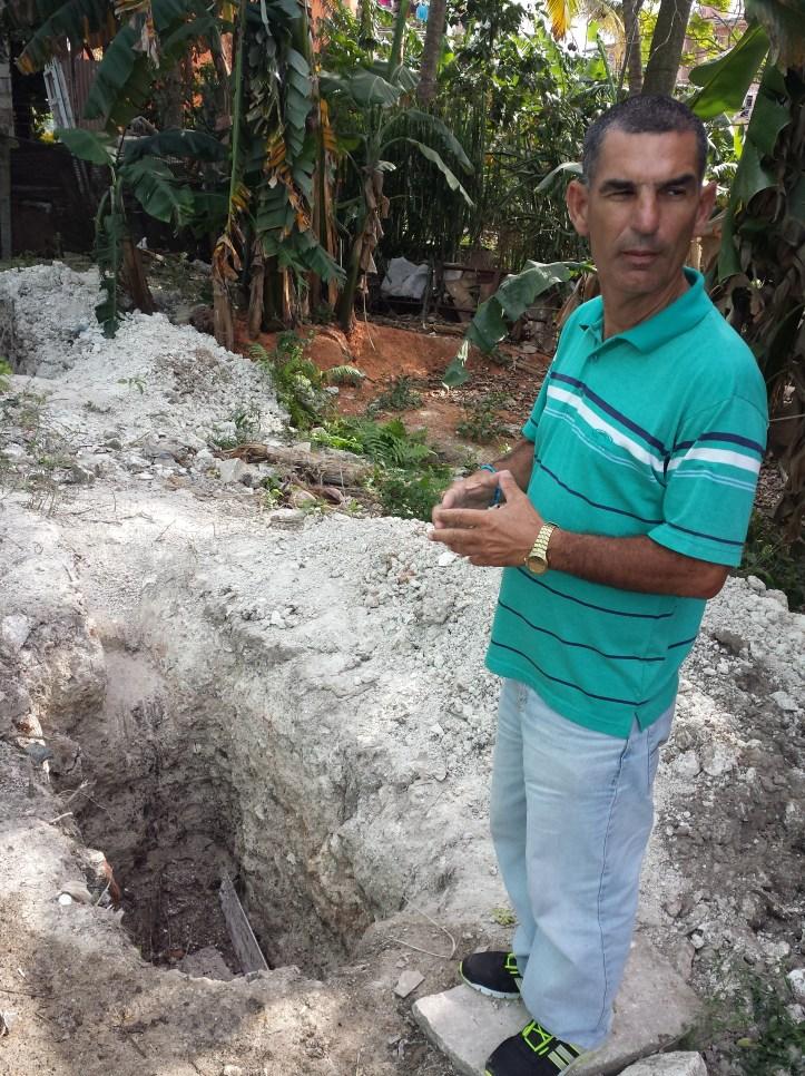 Guerra explicando las labores realizadas para eliminar los salideros de aguas albañales.