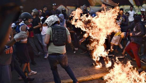 Ciudadano quemado vivo por la oposición venezolana por sospecha de ser chavista