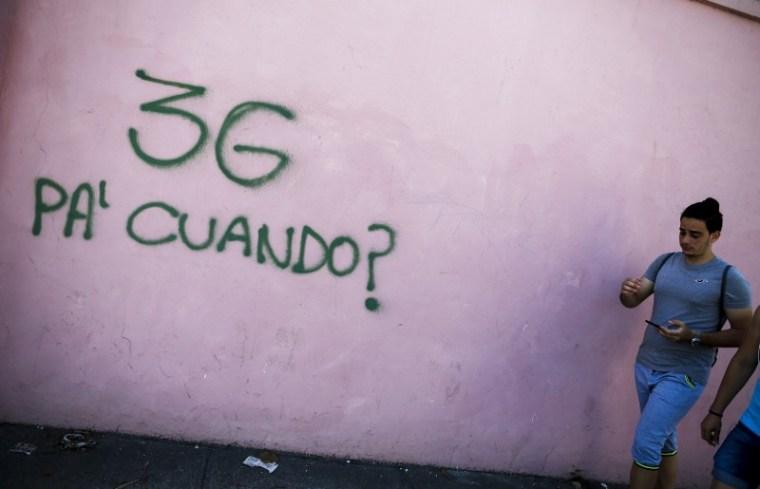 Los cubanos esperan el Internet por datos: no es muy difícil darse cuenta. Fotos: Fernando Medina/Fonoma