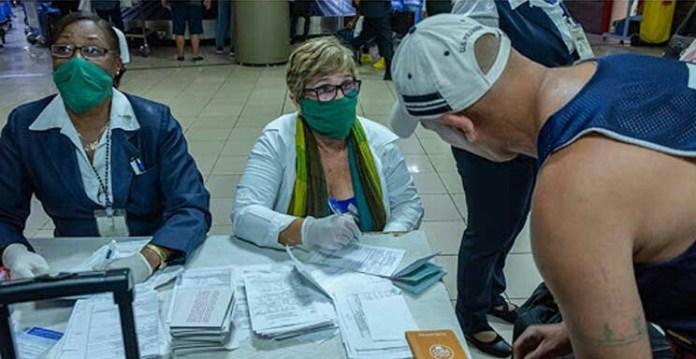 Personal de salud cubano labora en el control de los viajeros que arriban al Aeropuerto Internacional