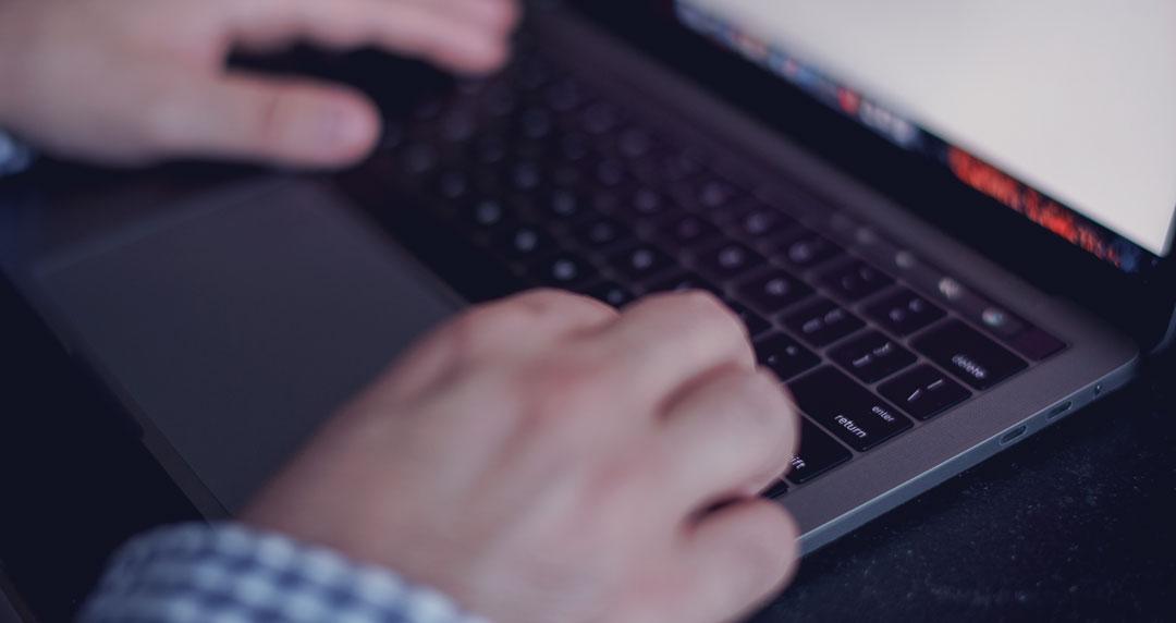 Persona escribiendo en un blog