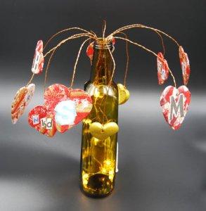 Jovi askartelulakkalla ja lautasliinoilla sydänystäväpuu