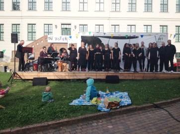 """Am 1. September 2017 zog der Gospel auf den Franckeplatz. JOY'N'US unter der Leitung von Thomas Piontek gaben ein Konzert am Wortwürfel zum Begleitprogramm der Jahresausstellung """"Du bist frei. Reformation für Jugendliche!"""