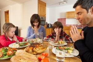 Family Saying Grace  (DollarPhotoClub.com)