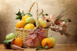 Oranges and green apple inside wicker basket (Dollarphotoclub.com)