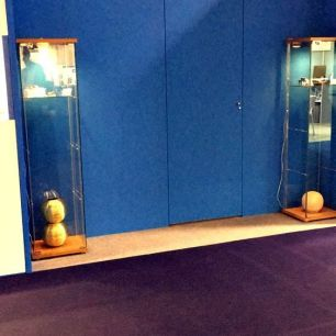Vitrinas con piezas de joyería singular cedidas para su exposición por asociados de la Asociación Española de Diseñadores de Joyería de Autor (AJA).