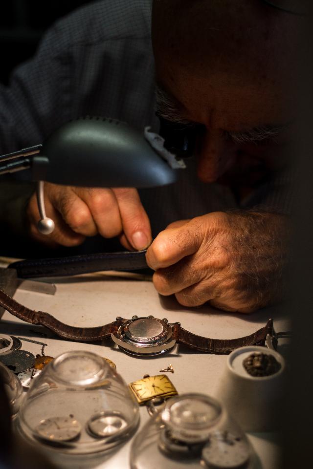 Relojero en el taller