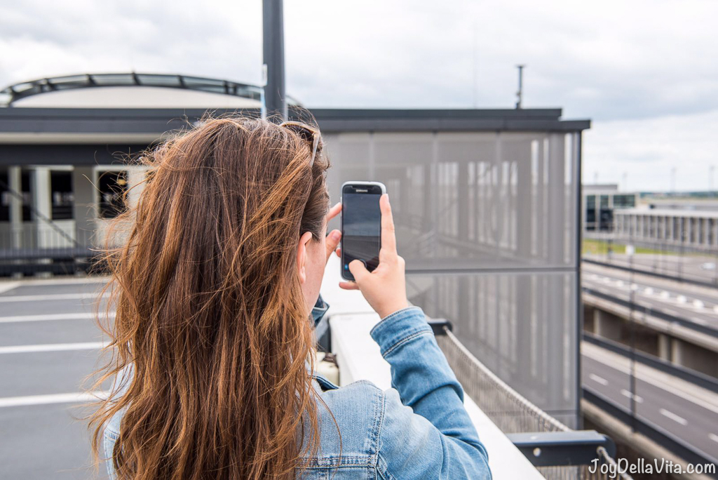 JoyDellaVita Travelblogger Lisa spotting planes for snapchat