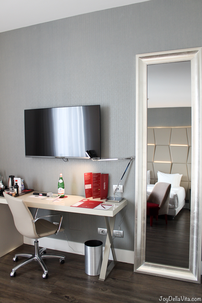 Mirror, Table to work, TV, Minibar and Coffee machine nh Collection Hotel Cinquecento Rome JoyDellaVita