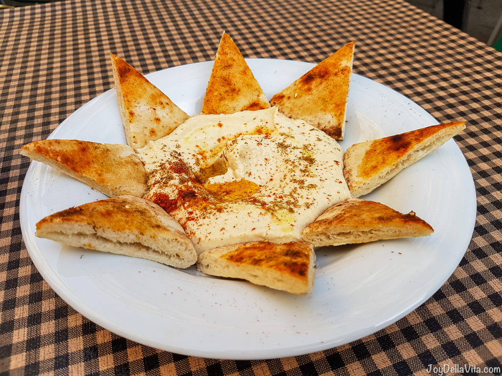 Humus aliñado con pan de pita Vegetalia Barri Gotic Barcelona Joydellavita