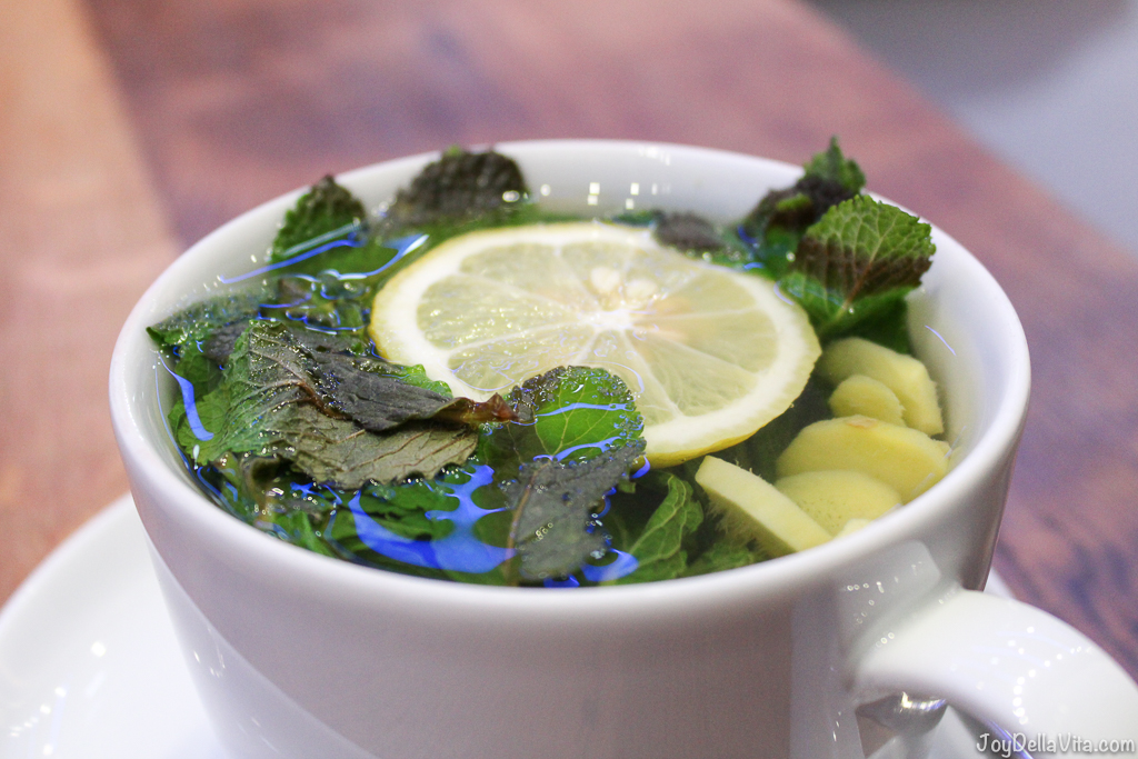 Tea with fresh mint, ginger and lemon at Mercedes me Store Hamburg Blog JoyDellaVita