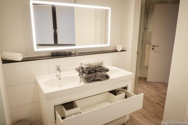 Badezimmer der INNSIDE LIFESTYLE SUITE im INNSIDE Hotel Hamburg Hafen