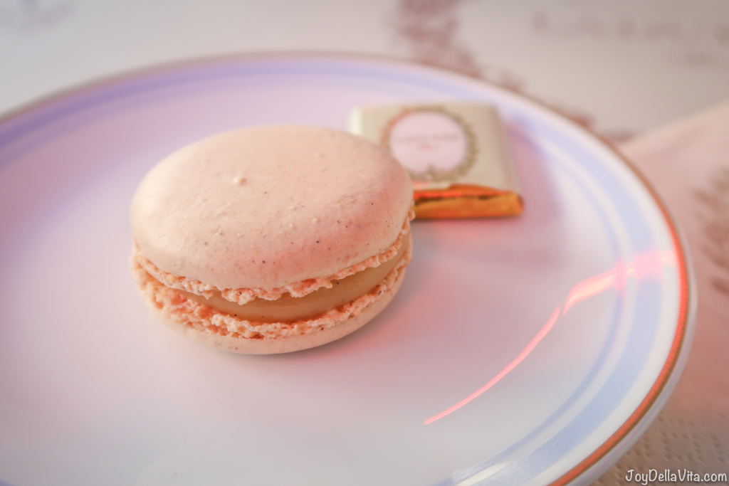 Vanilla Macaron 2,60€  Laduree Champs Elysees Paris