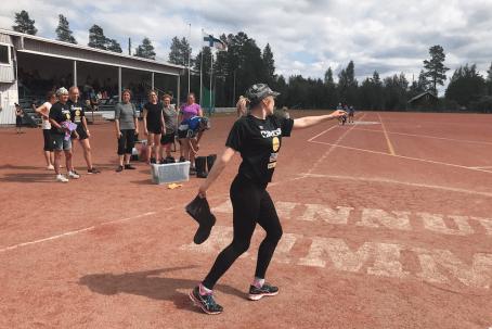 Hymne à l'auto-dérision aux Championnats du monde de Lancer de Botte en Finlande