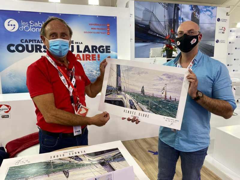Dany Mouton et Jean-Pascal Duboil autour de l'affiche du Vendée Globe qui sera offerte à Francine Leca, professeur de médecine spécialisée en chirurgie cardiaque