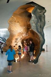 """Salle d'exposition reprenant des """"morceaux"""" de la grotte permettant au public de prendre le temps d'observer les peintures et de les photographier"""